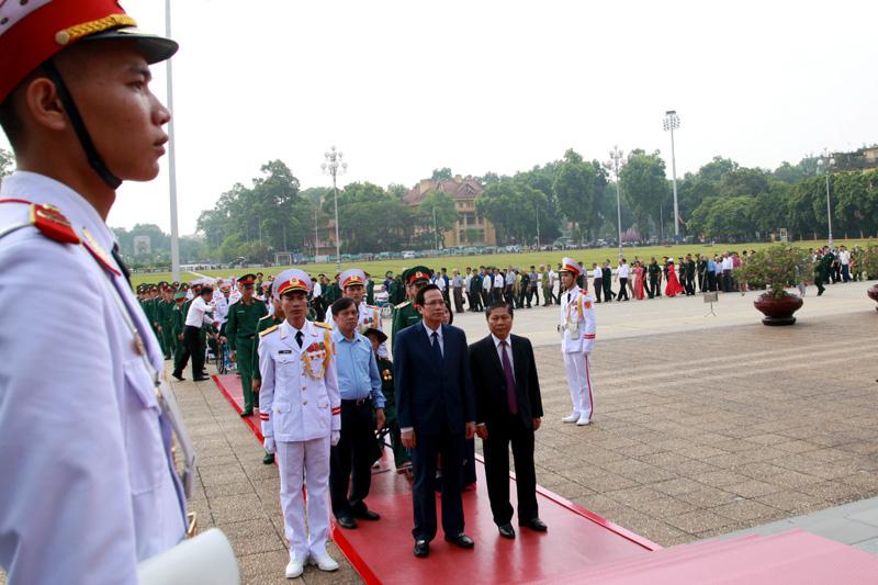 Đoàn đại biểu thương binh nặng tiêu biểu dâng hương và viếng Lăng Hồ Chủ tịch - Ảnh 3