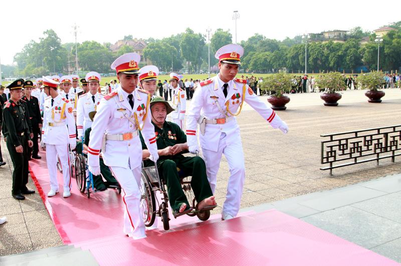 Đoàn đại biểu thương binh nặng tiêu biểu dâng hương và viếng Lăng Hồ Chủ tịch - Ảnh 4
